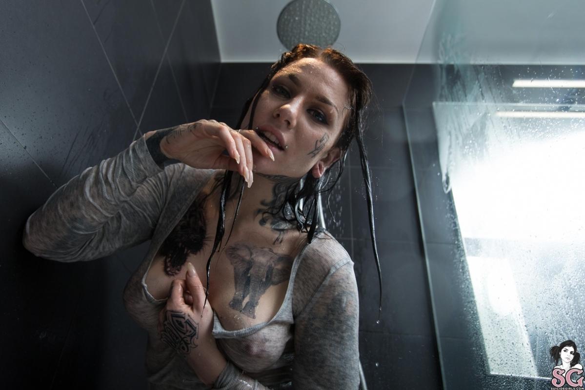 Dark Shower su Suicide Girls